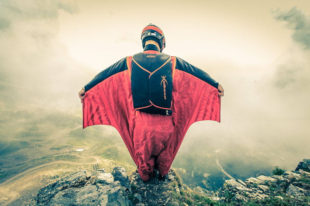 Ready to jump with wingsuit. Prêt à sautr en wingsuit.