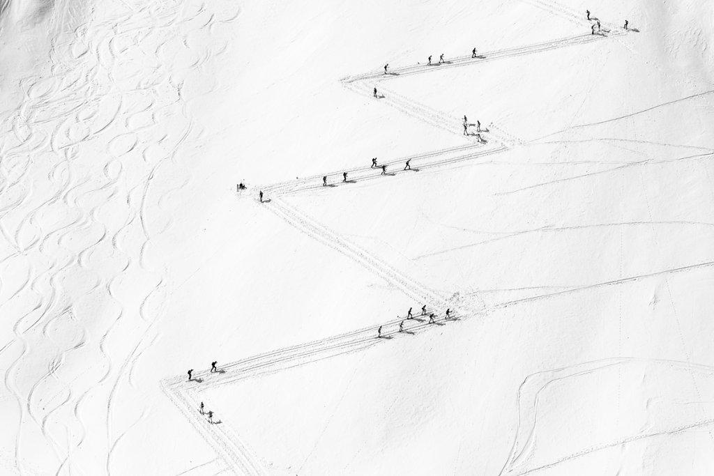 Skiers trails. Traces de skieurs.
